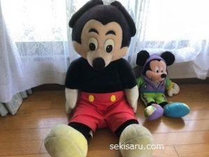 大きなミッキーマウスのぬいぐるみ