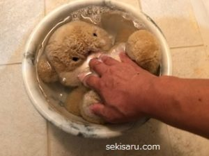 クマぬいぐるみ手洗いする