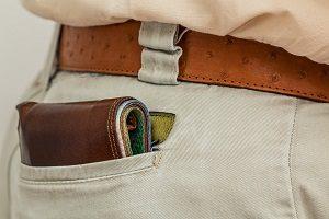 財布をポケットに入れる