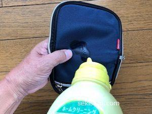 布財布に中性洗剤をつける