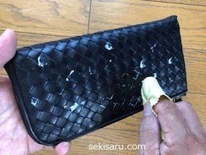革財布にクリームを塗りのばす