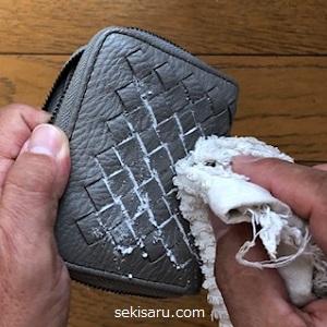重曹で革財布のカビを拭く