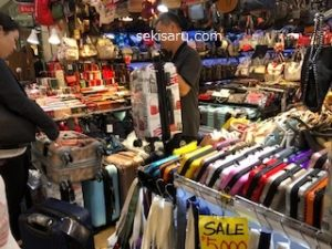 GOTO MALLバッグ店のスーツケース