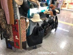 地下鉄駅構内で売っているバッグ