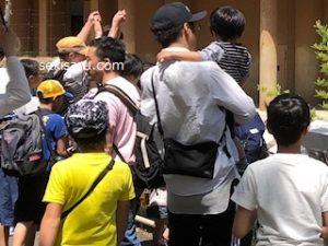 動物園で子供を抱っこする画像