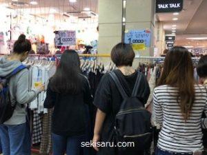 ゴートゥーモールで服を買う女性達