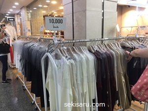 ゴートゥーモールのお店のポールに掛かる安いレディースの服