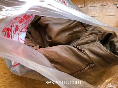革ジャンをビニール袋に入れる画像