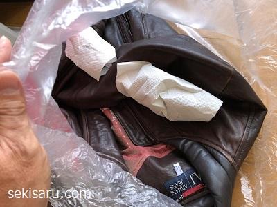 革ジャンと炭をビニール袋に入れた画像