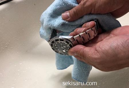 時計を柔らかい綺麗なタオルで拭きあげる