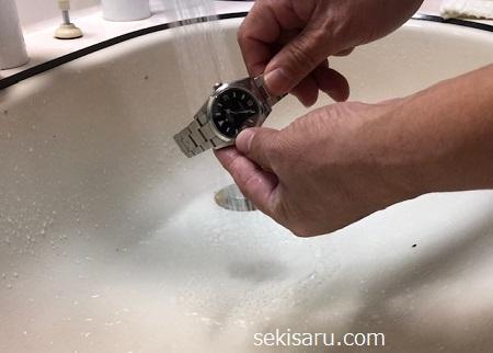 真水で時計を濯ぐ