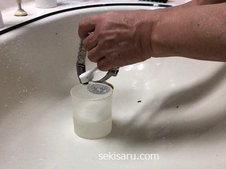 時計のベルトを中性洗剤をつけた歯ブラシで磨く