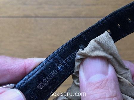 時計のベルトを革専用クリームで優しく拭きあげる