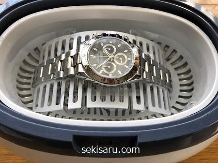 超音波洗浄機に時計をセット