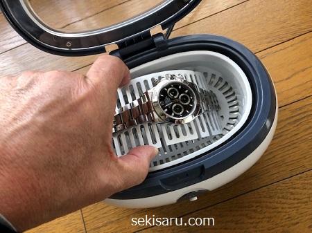 超音波洗浄機から時計を取り出す