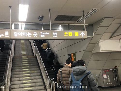 高速ターミナル駅のエスカレーター