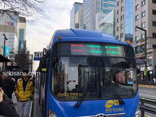 明洞に向かう741番の青いバス