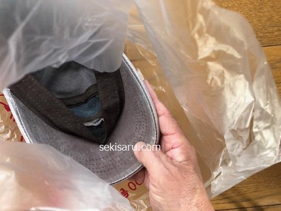 革素材の帽子をビニール袋に入れる