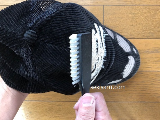 スエードの帽子をブラッシング
