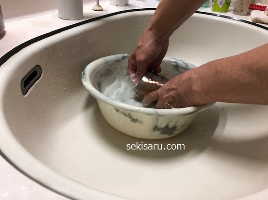 コップを塩を入れたお湯の中で洗う