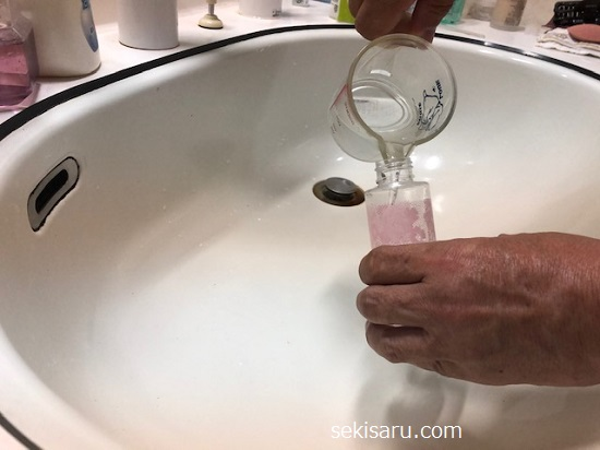 作った重曹水をスプレー容器に詰める