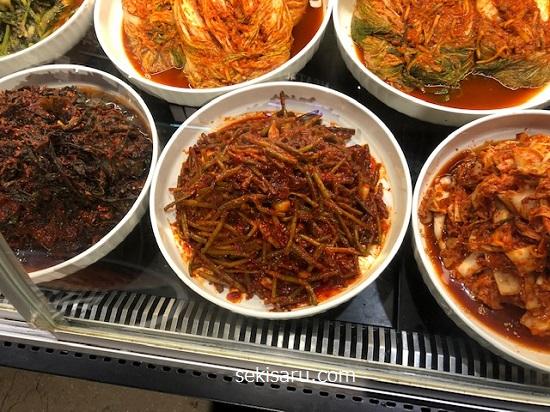 韓国スーパーのキムチ売り場