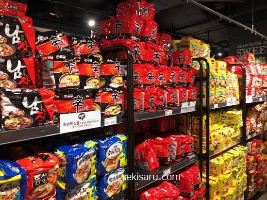 韓国スーパーで陳列されているインスタントラーメン