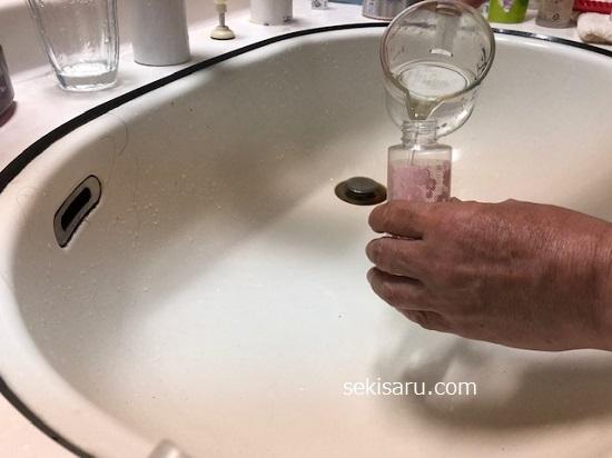酢水をスプレー容器に入れる