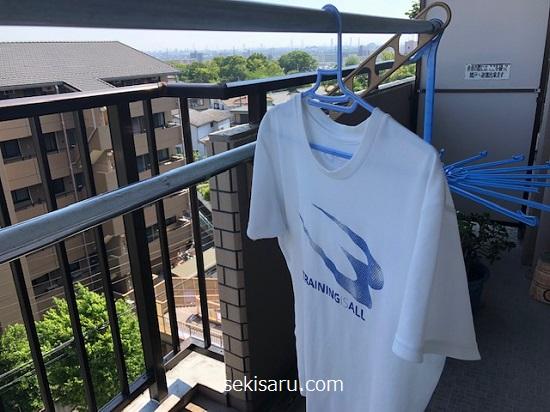 風通しの良い場所でTシャツを乾かす