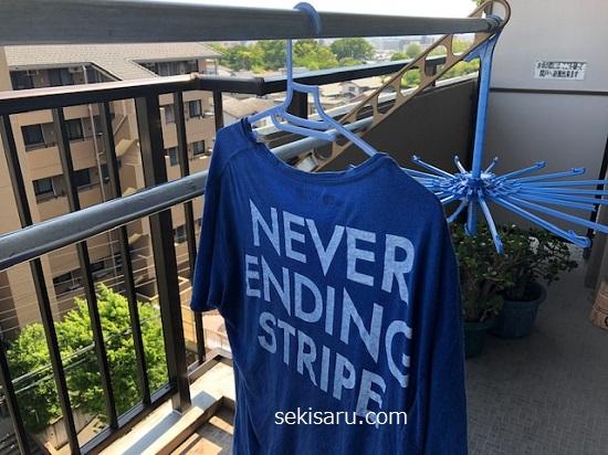 風通しの良い場所でTシャツを乾かします