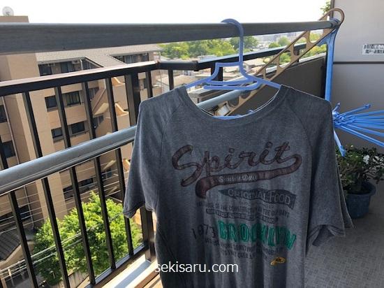 風通しの良い場所でTシャツを干す