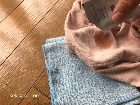 シミの裏側にタオルを敷きシミの箇所にクレンジングオイルを落とす