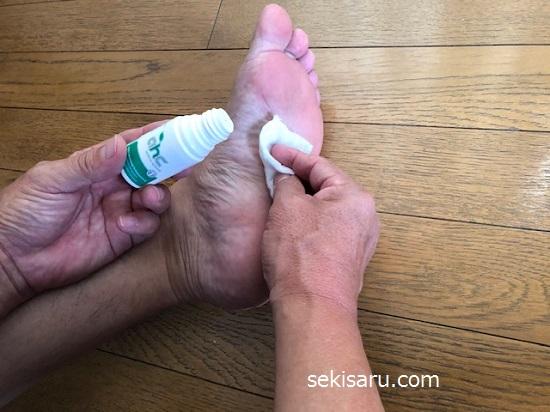 制汗剤を足に塗る