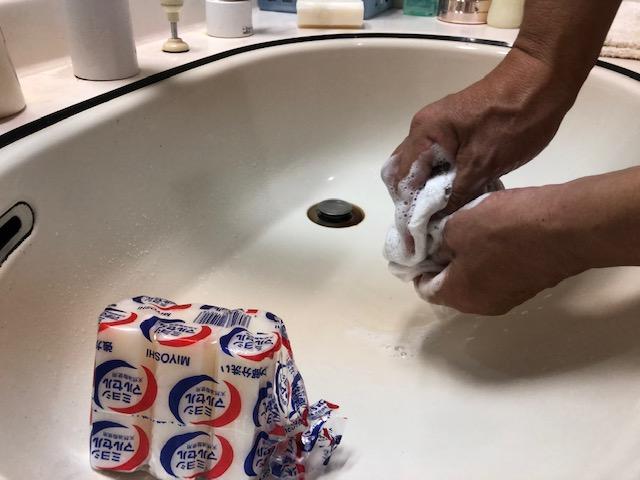 ケイ酸塩石鹸を擦りつけた靴下を揉み洗いする