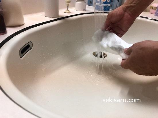 靴下全体をぬるま湯でよく濡らす