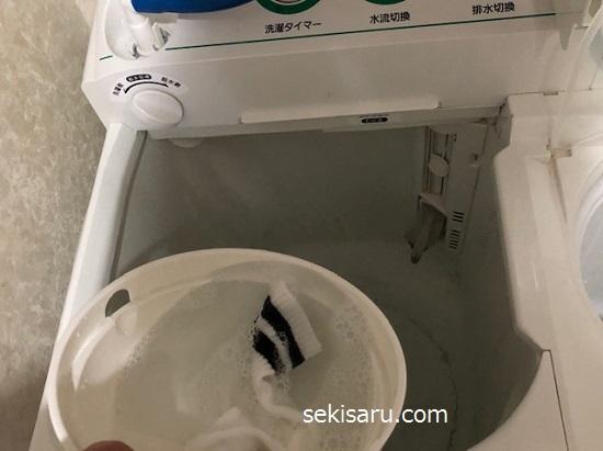 靴下を洗濯機に入れる