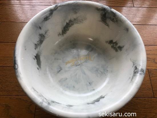 水垢が落ちて綺麗になった洗面器