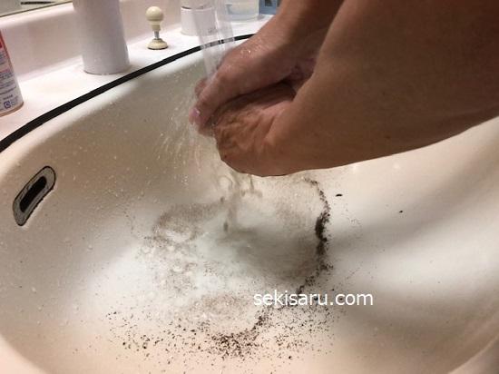 石鹸で手を洗う
