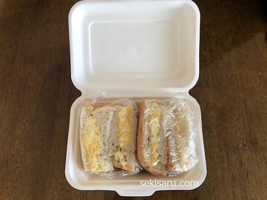 ランチボックスにサンドイッチを詰める