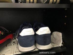 下駄箱の中の靴とコーヒーかすで作った消臭剤