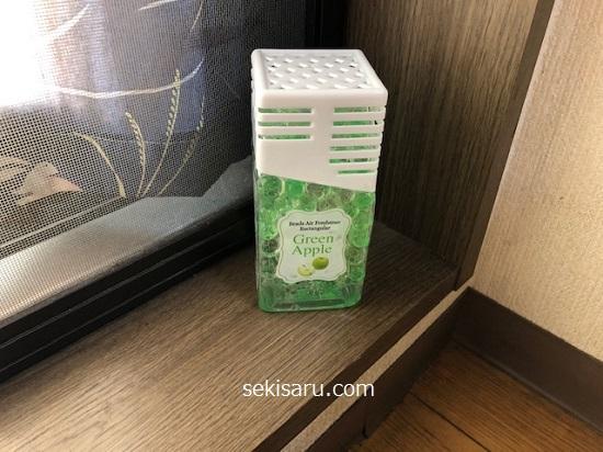 ダイソーのビーズの消臭剤(長方形)グリーンアップルの香りをキッチンに置く