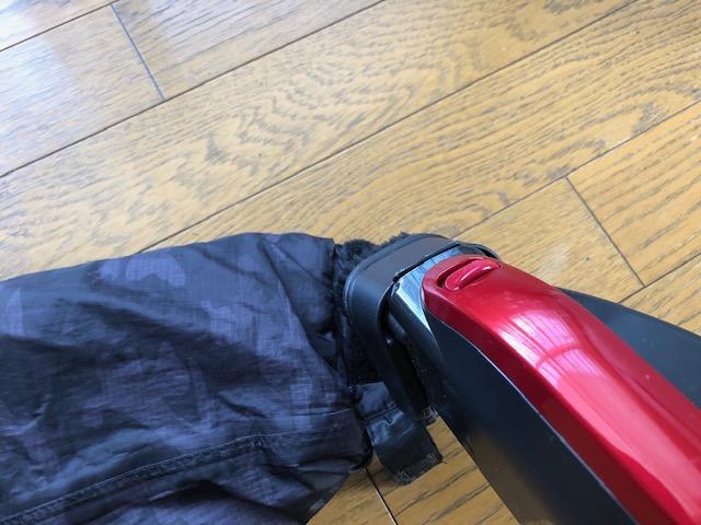 マジックテープのフックとループに掃除機をかける