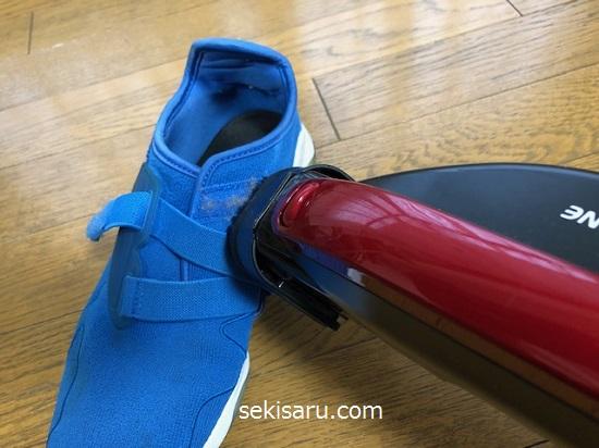靴のマジックテープに掃除機をかける