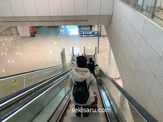 空港鉄道がある地下1階に向かうエスカレーター