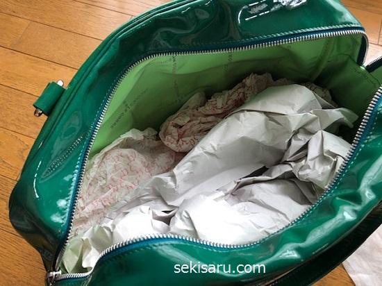 革のエナメルバッグの中に新聞紙を詰める