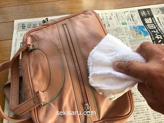 合皮バッグに生えたカビをタオルで拭き取る