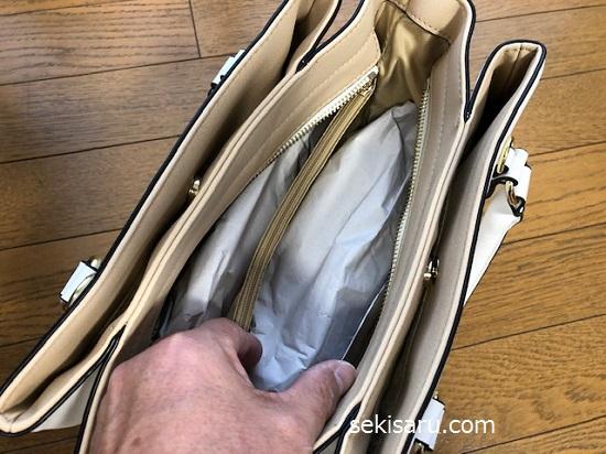 新聞紙で作ったあんこをバッグに詰める