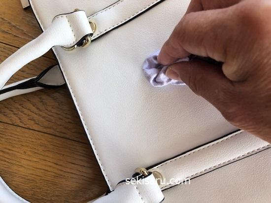 バッグの表面に専用クリームを塗る